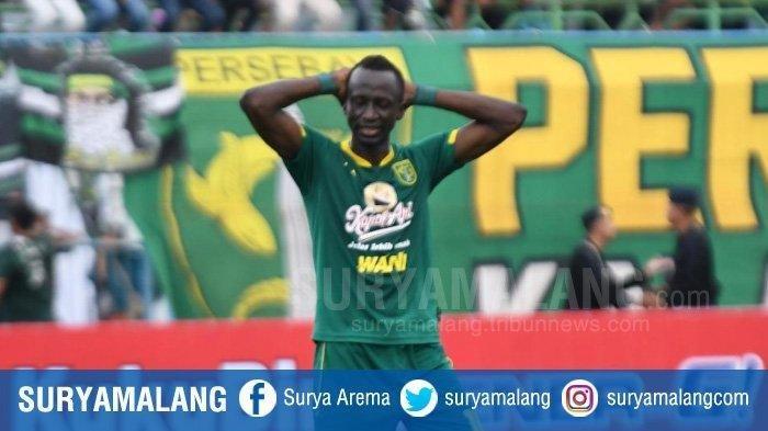 Ekspresi Makan Konate, gelandang asing Persebaya seusai gagal eksekusi penalti di Stadion Gelora Bangkalan, Rabu (12/2/2020).