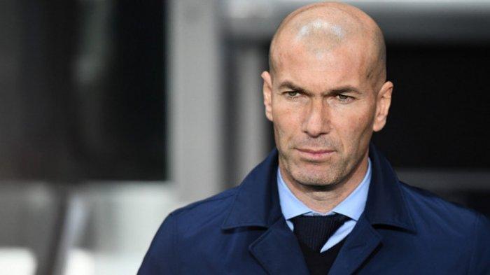 Ekspresi pelatih Real Madrid, Zinedine Zidane, jelang laga leg 2 babak 16 besar Liga Champions menghadapi Paris Saint-Germain (PSG) di Stadion Parc des Princes, Paris, Prancis, pada Selasa (6/3/2018).