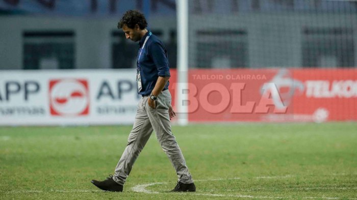 Ekspresi pelatih timnas U-23 Indonesia, Luis Milla, seusai timnya tersingkir dari Asian Games 2018, Timnas U-23 Indonesia kalah adu penalti dari Uni Emirat Arab dalam pertandingan babak 16 besar sepak bola Asian Games 2018 di Stadion Wibawa Mukti, Jumat (24/8/2018).
