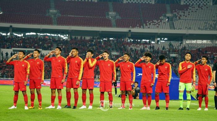 Pemain Timnas U19 Indonesia terlihat menangis terharu saat menyanyikan Indonesia Raya sebelum memulai pertandingan melawan Timnas Korea Utara pada pertandingan ketiga kualifikasi Piala AFC U19, di Stadion Utama Gelora Bung Karno, Jakarta, Minggu (10/11/2019). Indonesia berhasil menahan imbang Korea Utara dengan skor 1-1 dan berhak melaju keputaran final piala AFC U19 2020. TRIBUNNEWS/HERUDIN