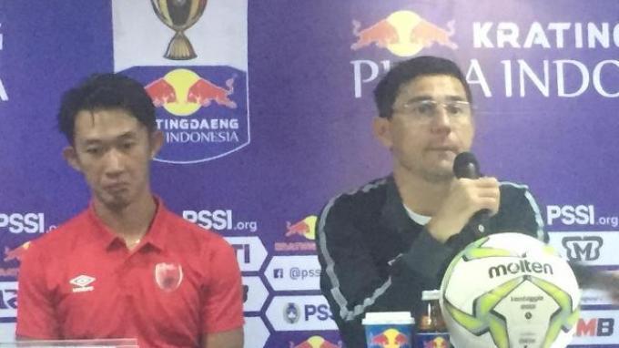 Pelatih PSM Makassar Darije Kalezic dan kiper Rivki Mokodompit dalam jumpa pers seusai laga kontra Bhayangkara FC di Stadion PTIK, Jakarta, Sabtu (27/4/2019).