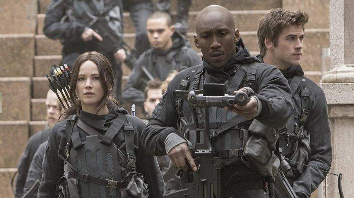 Elden Henson, Mahershala Ali, Wes Chatham, Evan Ross, Jennifer Lawrence, dan Liam Hemsworth dalam film The Hunger Games: Mockingjay Part 2 (2015)