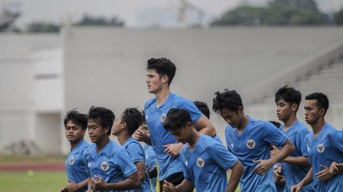 Elkan Baggott di antara para rekannya saat latihan perdana tim nasional Indonesia senior dan U-19 di Stadion Madya, Jakarta, Jumat (7/8/2020) petang.