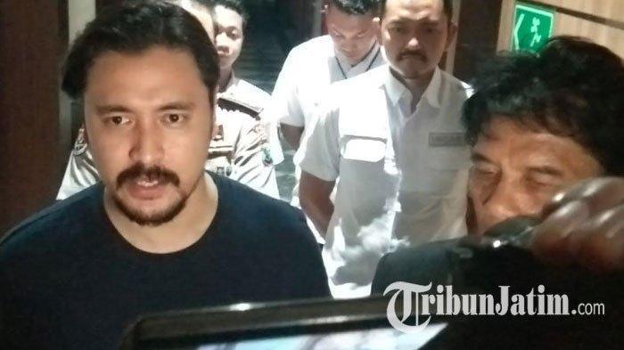 Marcello Tahitoe alias Ello didampingi kuasa hukumnya, Jaswin Damanik setelah menjalani pemeriksaan terkait kasus investasi bodong MeMiles di Polda Jatim, Selasa (14/1/2020).