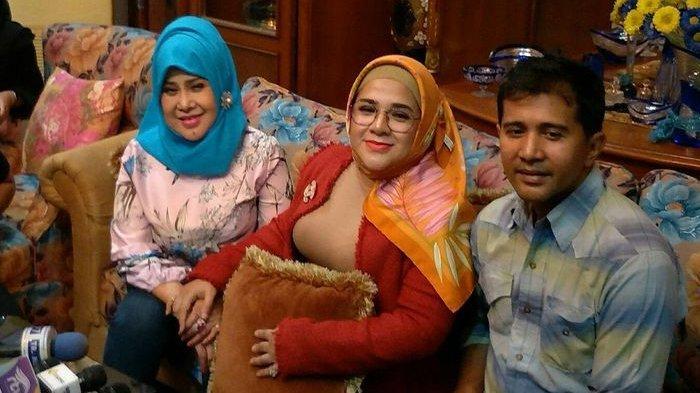 Elvy Sukaesih bersama kedua anaknya, Fitria dan Sechan dalam jumpa pers di kediaman pribadi di kawasan Pasar Minggu, Jakarta Selatan, Selasa (8/10/2019).