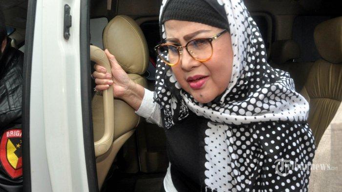 Pedangdut Elvy Sukaesih tiba di Polda Metro Jaya, Jakarta, guna menjalani pemeriksaan, Senin (26/2/2018). Elvy diperiksa sebagai saksi dalam kasus penyalahgunaan narkotika jenis sabu dengan tersangka putrinya Dhawiya Zaida. WARTA KOTA/NUR ICHSAN