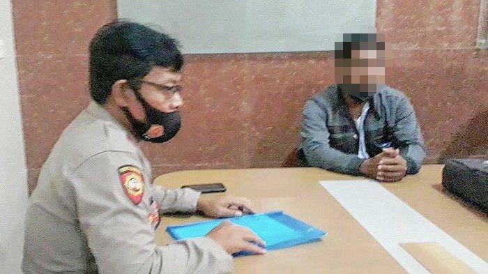 EM (kanan), suami dari Kades Wotgalih, Kecamatan Nguling Pasuruan melapor ke polisi, Rabu (24/3/2021). Ia melaporkan istrinya yang tepergok ada hubungan gelap dengan perangkat desanya.