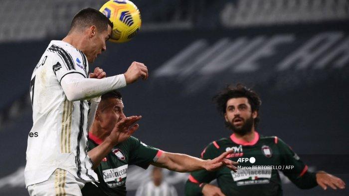 Pemain depan Juventus asal Portugal Cristiano Ronaldo mencetak gol sundulan untuk membuka skor selama pertandingan sepak bola Serie A Italia Juventus vs Crotone pada 22 Februari 2021 di stadion Juventus di Turin. Marco BERTORELLO / AFP