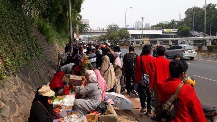 Kisah Menarik di Tengah Aksi Demo Mahasiswa, Emak-Emak Bagikan Makanan Gratis, Pedagang Omzet Naik