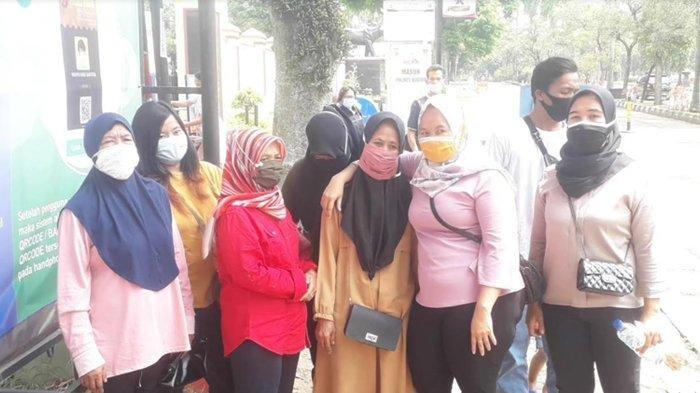 Tak terima dana bantuan dipotong, belasan warga Desa Klapanunggal, Kecamatan Klapanunggal, Kabupaten Bogor ramai-ramai mendatangi Polres Bogor, Senin (19/4/2021).