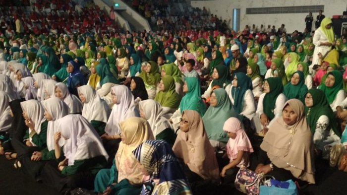Ribuan Emak-emak Melantunkan Salawat Saat Ma'ruf Amin Hadiri Konser Nasyid Nusantara