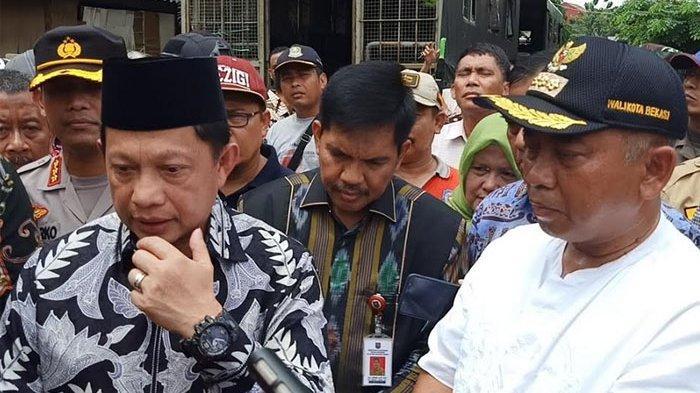 Tinjau Banjir di Bekasi, Rombongan Tito Karnavian Disambut Teriakan Emak Emak, Pak Minggir Dong
