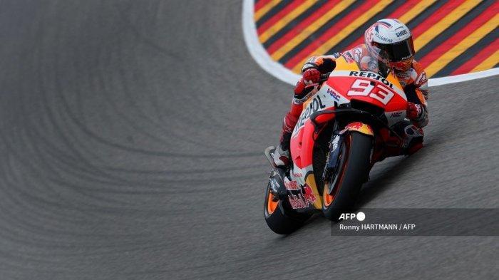 Pembalap Honda Spanyol Marc Marquez berlomba untuk memenangkan Grand Prix MotoGP Jerman di sirkuit balap Sachsenring di Hohenstein-Ernstthal dekat Chemnitz, Jerman timur, pada 20 Juni 2021.