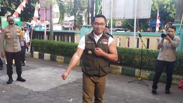 Gubernur Jabar, Ridwan Kamil, setelah disuntik vaksin Covid-19 dalam rangkaian uji klinis vaksin dari Cina di Puskesmas Garuda, Jalan Dadali, Kota Bandung, Jumat (28/8/2020).