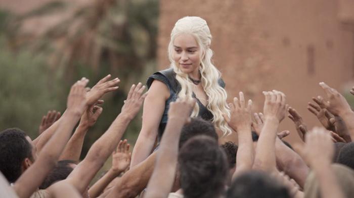 Emilia Clarke Belajar Pidato dari Sosok Hitler Demi Jadi Seorang Diktator di Game of Thrones