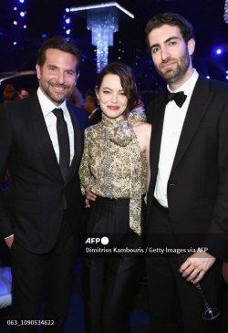 LOS ANGELES, CA - 27 JANUARI: (Kiri) Bradley Cooper, Emma Stone, dan Dave McCary selama Penghargaan Persekutuan Aktor Layar Tahunan ke-25 di The Shrine Auditorium pada 27 Januari 2019 di Los Angeles, California. 480595
