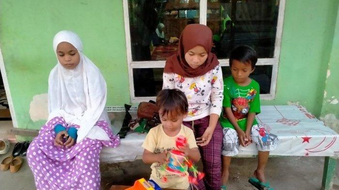 Empat kakak beradik, Rani (16), Rina (14), Rafli (8) dan Wawan (3),