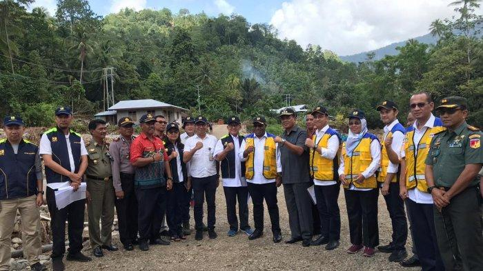 Wamen PUPR John Wempi Wetipo saat meninjau proses rekonstruksi pascabencana longsor dan banjir bandang di Kabupaten Kepulauan Sangihe, Sulawesi Utara, Kamis (23/1/2020).