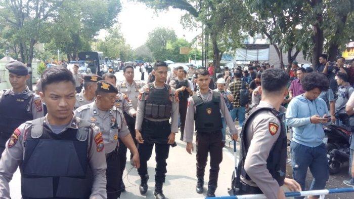 Puluhan polisi disiagakan untuk mengamankan lokasi terjadinya bom Bunuh diri di mapolrestabes Medan, Rabu (13/11/2019)