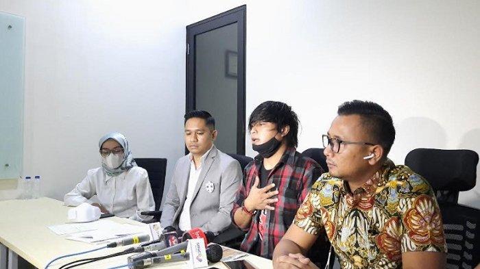 Soal lagu Bintang yang dinyanyikan tanpa izin oleh Tina Toon, Engkan Herikan (tengah) bersama kuasa hukumnya gelar jumpa pers, di kawasan Kuningan, Jakarta Selatan, Senin (30/8/2021).