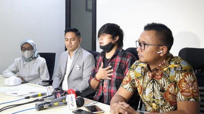 Konferensi Pers Engkan Herikan (tengah) bersama Kuasa Hukumnya soal lagu Bintang yang dinyanyikan tanpa izin oleh Tina Toon, di kawasan Kuningan, Jakarta Selatan, Senin (30/8/2021).