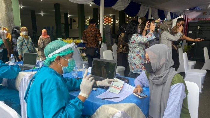 Menteri Koordinator Bidang Pembangunan Manusia dan Kebudayaan (Menko PMK) Muhadjir Effendy meninjau langsung proses vaksinasi tersebut di Kampung KB Muara Kidul, Kelurahan Pasir Jaya, Kota Bogor, Jawa Barat, pada Selasa (29/6/2021).