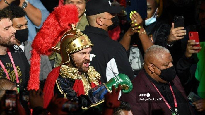 Juara kelas berat WBC Tyson Fury dari Inggris tiba untuk melawan penantang AS Deontay Wilder (di luar bingkai) untuk gelar kelas berat WBC/Lineal di T-Mobile Arena di Las Vegas, Nevada, 9 Oktober 2021.