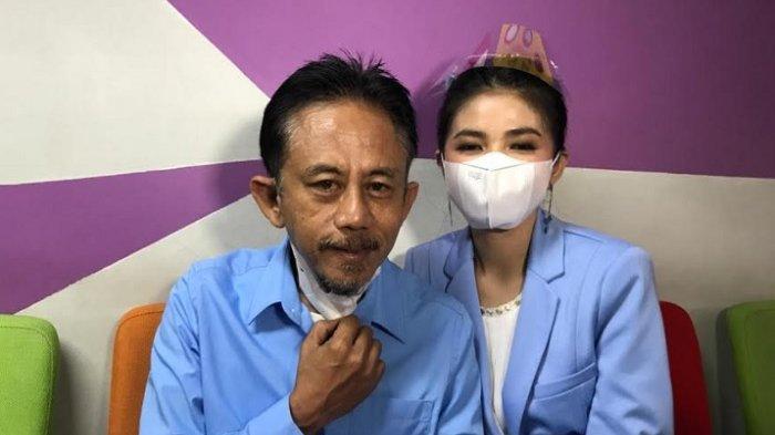 Epy Kusnandar bersama istrinya, Karina Ranau saat ditemui di kawasan Jalan Kapten Tendean Jakarta Selatan, Kamis (27/5/2021).