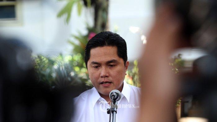 ERIK TOHIR DATANG KE ISTANA KEPRESIDENAN---Pengusaha Erick Thohir melambaikan tangannya saat berjalan memasuki Kompleks Istana Kepresidenan, Jakarta, Senin (21/10/2019). Menurut Presiden Joko Widodo akan memperkenalkan jajaran kabinet barunya usai dilantik Minggu (20/10/2019) kemarin untuk masa jabatan keduanya bersama Wapres Ma'ruf Amin periode tahun 2019-2024.--Warta Kota/henry lopulalan