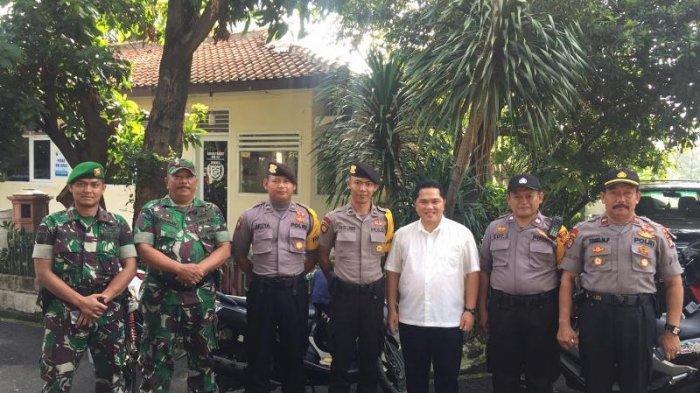 Mencoblos Di TPS Gudang Peluru, Erick Thohir Tampil Casual