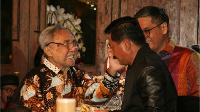 Panglima TNI Laksamana Hadi Tjahjanto memberikan ucapan selamat kepada Anggota DPD RI dari daerah pemilihan DKI Jakarta, Sabam Sirait saat merayakan ulang tahun ke-83 di sebuah rumah makan di bilangan Jakarta Selatan, Senin (14/5/2019).