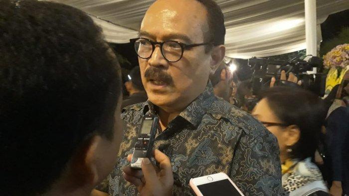 Eros Djarot tampak melayat ke kediaman Adara Taista di Pondok Indah, Jakarta Selatan - Simak kronologi kejadian mobil yang ditumpangi musisi Eros Djarot tertimpa pohon besar.