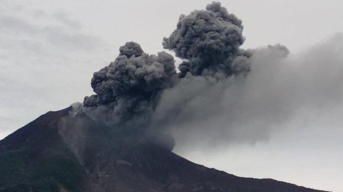 Gunung Sinabung di Kabupaten Karo mengalami erupsi lagi, Jumat (14/8/2020). Erupsi disertai kilat petir.