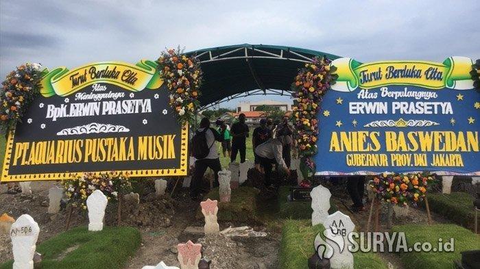 Prosesi pemakaman Erwin Prasetya di Tempat Pemakaman Umum (TPU) Keputih Surabaya, Sabtu (2/5/2020).