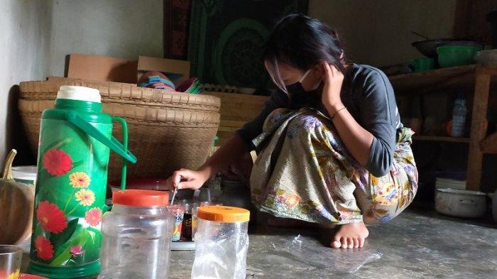 MENIKAH DINI: ES (15) tengah membuat kopi untuk tamu di rumah suaminya, di Desa Setiling, Batukliang Utara, Lombok Tengah.