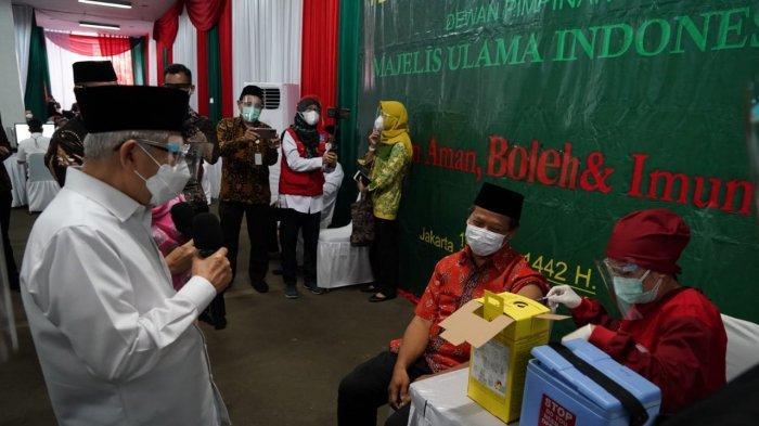 Wakil Presiden Ma'ruf Amin meninjau proses vaksinasi Covid-19 di MUI Jakarta Pusat, Rabu (7/4/2021).
