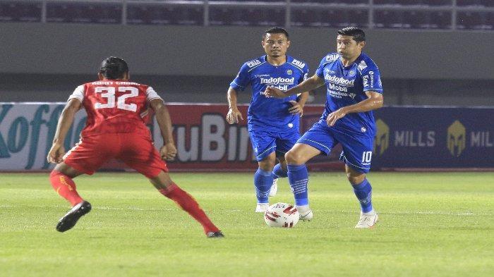 Pemain Persib Bandung, Esteban Vizcarra (kanan) tengah mencoba untuk melewati hadangan gelandang Persija jakarta, Rohit Chand (kiri) pada final Piala Menpora 2021 di Stadion Manahan, Solo, Minggu (25/4/2021)