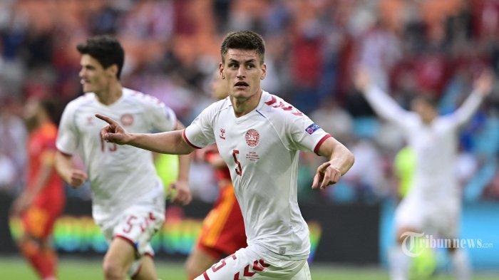 Bek Denmark, Joakim Maehle melakukan selebrasi usai mencetak gol ketiga bagi timnya dalam laga babak 16 besar UEFA Euro 2020 antara Wales dan Denmark di Johan Cruyff Arena, Amsterdam, Belanda, Sabtu (26/6/2021) malam WIB. Pertandingan berakhir dengan skor 0-4 untuk kemenangan Denmark. AFP/POOL/Olaf Kraak