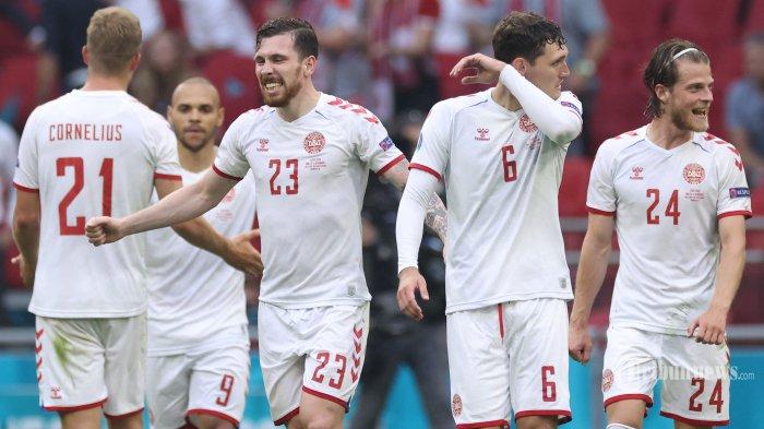 Penyerang Denmark, Andreas Cornelius (kiri), gelandang Pierre Hojbjerg (tiga kiri), bek Andreas Christensen (dua kanan), dan gelandang Mathias Jensen (kanan) melakukan selebrasi atas gol keempat tim mereka yang dicetak oleh  penyerang Denmark, Martin Braithwaite (dua kiri) dalam laga babak 16 besar UEFA Euro 2020 antara Wales dan Denmark di Johan Cruyff Arena, Amsterdam, Belanda, Sabtu (26/6/2021) malam WIB. Pertandingan berakhir dengan skor 0-4 untuk kemenangan Denmark. AFP/POOL/Kenzo Tribouillard