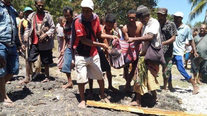 Proses evakuasi jenazah Simon Talan yang tewas tenggelam di Embung Toblopo. POS KUPANG/DION KOTA
