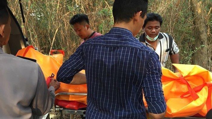 Jajaran Polres Pekalongan lakukan evakuasi jenazah terbungkus karung pupuk yang ditemukan warga di bantaran Sungai Sragi Baru, di Desa Blimbing Wuluh Kecamatan Siwalan, Kabupaten Pekalongan, Rabu (16/10/2019) lalu. Tribun Jateng/Budi Susanto
