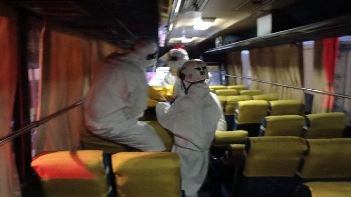 Penumpang Bus Meninggal Dunia, Evakuasi Dilakukan Petugas Ber-APD Lengkap
