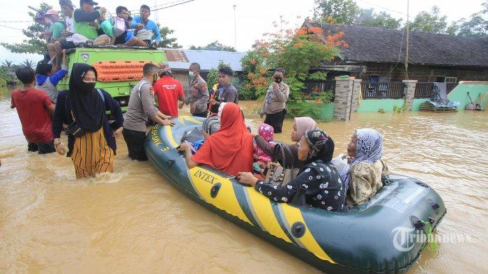 Warga Desa Kelampayan Ulu, Kecamatan Astambul, dievakuasi dari pemukiman mereka yang dilanda banjir untuk mencari tempat dataran tinggi, Minggu (17/1). Sejak tiga hari ini banjir diwilayah Kabupaten Banjar, Kalsel tidak kunjung surut justru bertambah naik dampak hujan yang sering turun membuat warga yang bertahan dirumah terpaksa harus diungsikan. (BANJARMASIN POST/AYA SUGIANTO)