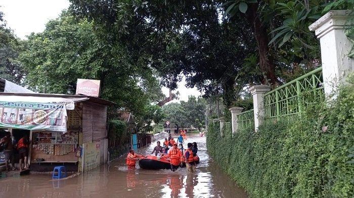 Evakuasi korban banjir di Kelurahan Pulo yang melibatkan bayi, balita dan seorang lansia, Sabtu (20/2/2021).