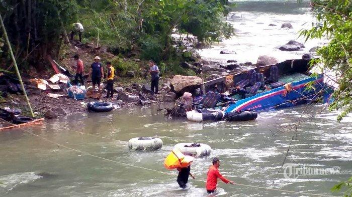 Tim SAR Gabungan masih terus melakukan pencarian setelah berhasil mengevakuasi 34 korban meninggal dan 13 korban selamat, di lokasi jatuhnya Bus Sriwijaya, Sungai Lematang, 75 meter di bawah Tikungan Lematang Kota Pagaralam, Sumatera Selatan, Rabu (25/12/2019). Bus Sriwijaya jurusan Bengkulu-Palembang terjun ke jurang dan terdampar di sungai pada Selasa 24 Desember 2019 dini hari. Puluhan orang meninggal akibat kecelakaan maut tersebut. SRIWIJAYA POST/WAWAN