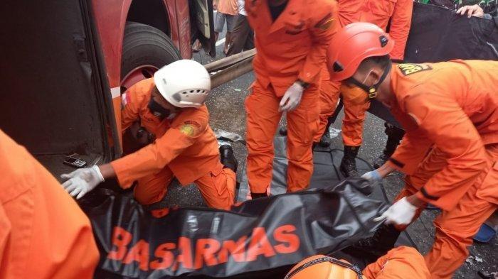 Korban Terjepit Bodi Kendaraan, Proses Evakuasi Gunakan Alat Berat