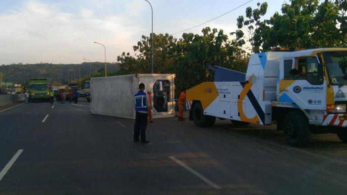 Truk Penarik Kontainer Terguling di Tol Cipularang KM 83+, Jasa Marga Alihkan Arus Lalu Lintas