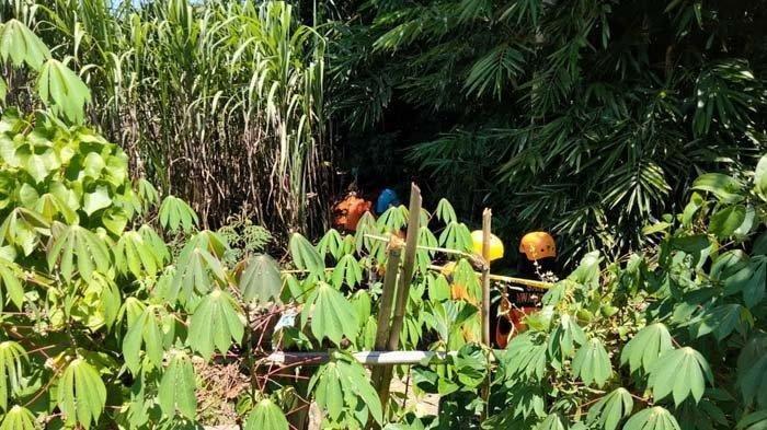Evakuasi mayat perempuan tak dikenal terbungkus karpet di Desa Kedungpedaringan, Kecamatan Kepanjen, Kabupaten Malang, Jumat (23/4/2021).