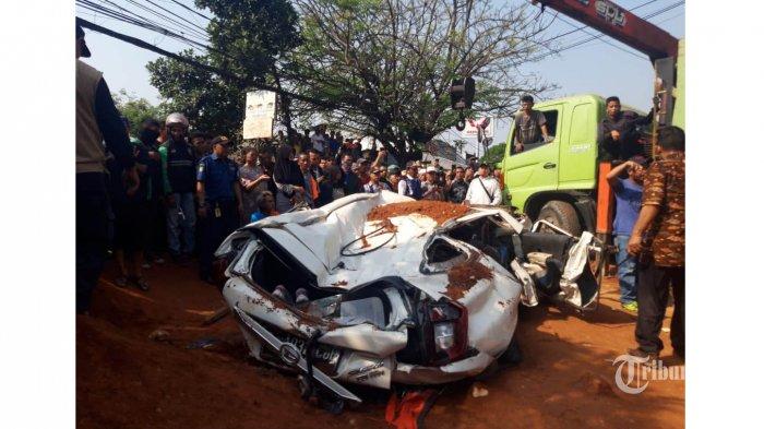 Warga bersama petugas berusaha mengevakuasi mobil yang tertimpa truk pengangkut tanah di kawasan Karawaci, Tangerang, Banten, Kamis (1/8/2019). Dalam peristiwa tersebut 3 orang penumpang mobil meninggal ditempat, dan satu orang bayi berhasil diselamatkan. WARTA KOTA/Andika Panduwinata