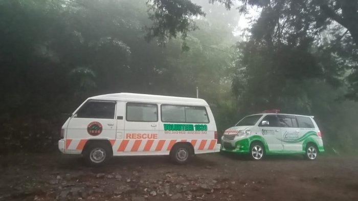 Mobil ambulans telah disiagakan di pintu masuk jalur pendakian via Cemoro Kandang, Desa Gondosuli, Kecamatan Tawangmangu, Kabupaten Karanganyar, Senin (6/7/2020) sekira pukul 16.44 WIB.